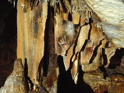 Pinturas de manos sin algunos dedos en la cueva francesa de Cosquer.