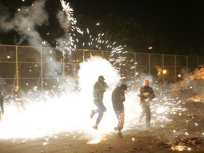 Guerra de carretillas en Elche, en la celebración de la Nit d l'Alba.
