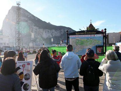 Un grupo de turistas mira un mapa de Gibraltar. este sábado.
