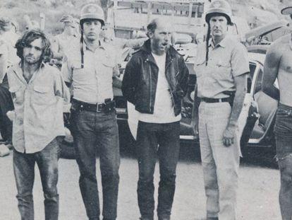 Momento de la detención de Charles Manson (a la izquierda) y algunos de sus secuaces.