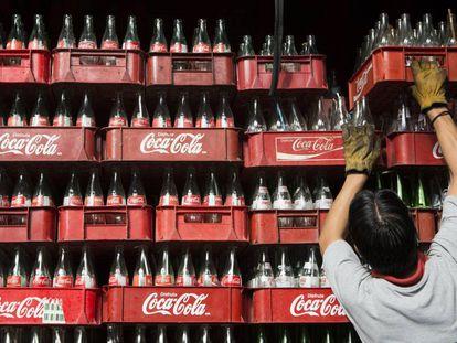 Una trabajadora apila cajas de Coca Cola en Ciudad de México en 2013.