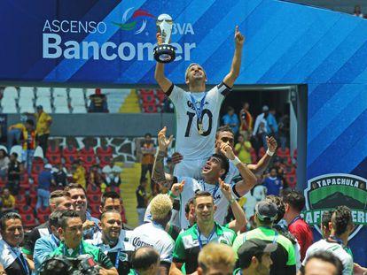 Los jugadores de Cafetaleros celebran su título.