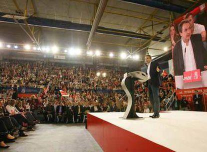 El jefe del Ejecutivo, José Luis Rodríguez Zapatero, durante el mitin de cierre de campaña del PSOE en Fuenlabrada (Madrid.