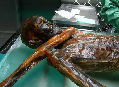 Ötzi, hombre momificado de hace 5.000 años hallado en un glaciar.