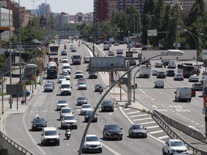 Tráfico denso en una de las salidas de Barcelona, en junio de 2019.