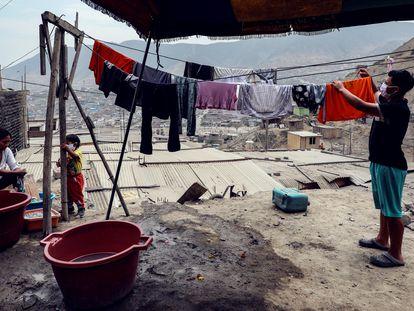 Habitantes del barrio Los Jazmines de Lima, en Perú.