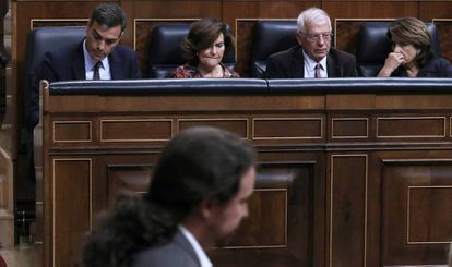 Pablo Iglesias pasa frente al Gobierno en funciones el pasado miércoles en el Congreso.