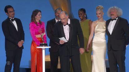 El equipo de 'Gambito de dama' tras ganar en la categoría de mejor miniserie o película para televisión.