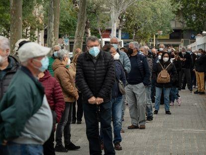 Decenas de personas hacen cola en Vilanova i La Geltrú (Barcelona) para recibir la vacuna de AstraZeneca, este jueves.