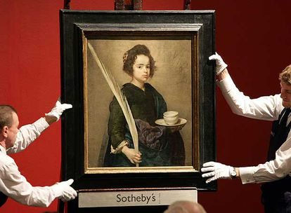 El cuadro 'Santa Rufina', atribuido a Diego de Velázquez y que fue de Sebastián Martínez, en la subasta de Sotheby's de Londres en 2007, antes de acabar en Sevilla, donde se expone hoy.