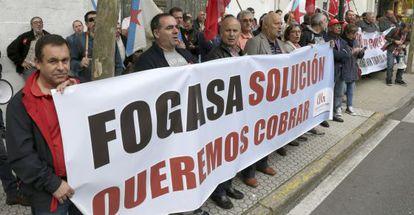 Trabajadores afectados por el atraso en los pagos del Fondo de Garantía Salarial (Fogasa) protestan ante el Parlamento gallego