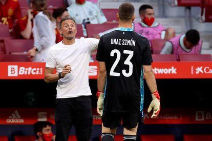 Luis Enrique conversa con Unai Simón en el amistoso ante Portugal.