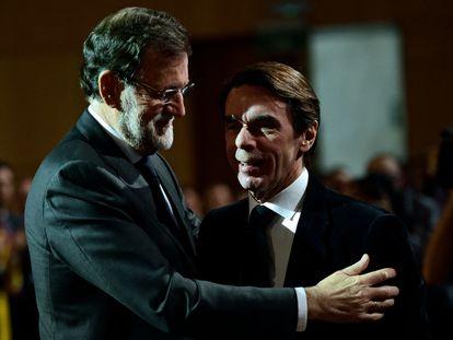 Los expresidentes del Gobierno Mariano Rajoy y José María Aznar, en enero de 2015.