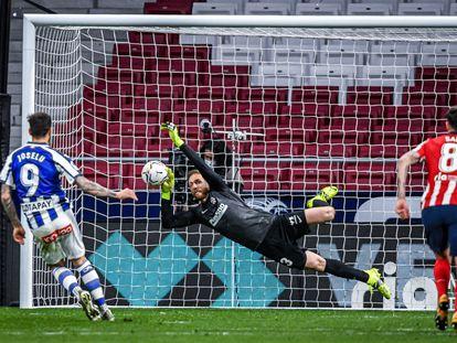 Oblak para un penalti a Joselu este domingo en el Wanda Metropolitano en el partido entre el Atlético y el Alavés.