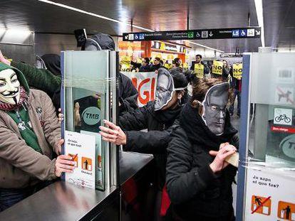 Una colada en el metro de Diagonal, en Barcelona, convocada por la plataforma No Paguem.