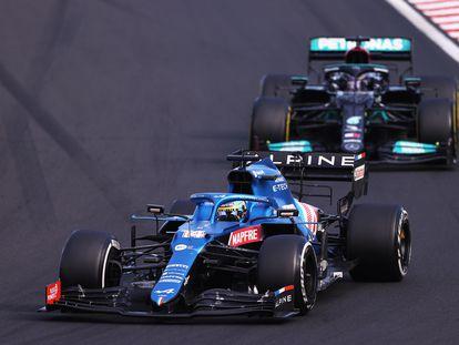 Fernando Alonso por delante, cortándole los espacios a Lewis Hamilton durante el GP de Hungría este domingo.