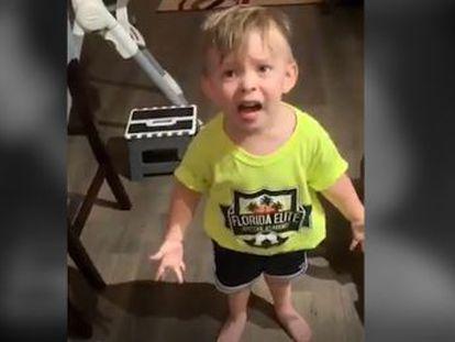 El padre grabó al pequeño, que trataba de expresar su indignación porque su progenitora no se había despedido de él