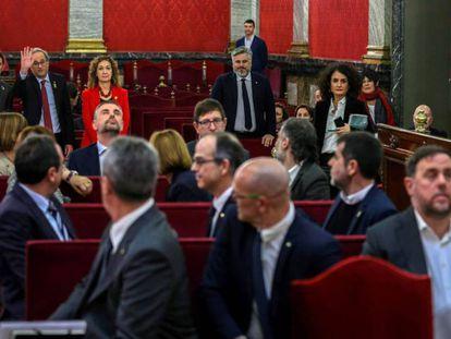 El presidente de la Generalitat, Quim Torra, saluda a los acusados.