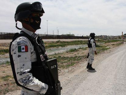 Elementos de la Guardia Nacional patrullan la frontera con EE UU en Ciudad Juárez.