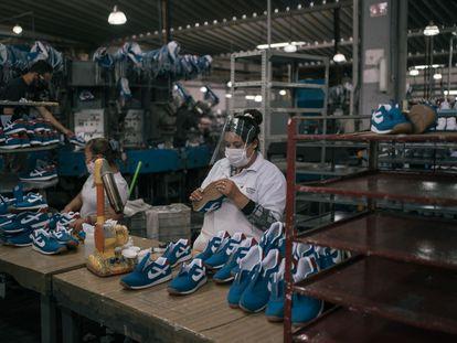 Una mujer labora en una fabrica de zapatos en el Estado de México.