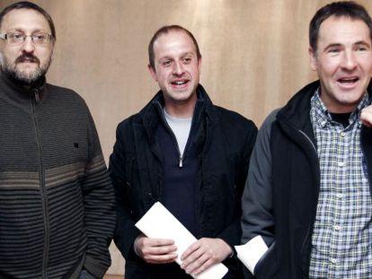 De izquierda a derecha, Txelui Moreno, Aitor Etxarri y Xabi Lasa, antes de iniciar ayer su comparecencia en Pamplona.