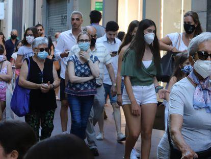 Un grupo de personas pasea por una calle de Sabadell, el pasado agosto.