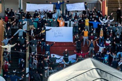 Migrantes marroquíes, alojados en el Colegió León (Las Palmas de Gran Canaria), protestaron el pasado sábado contra el bloqueo del Gobierno que impide su salida a la Península.