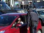 Un policía junto a una conductora en un control de tráfico en el distrito madrileño de Moncloa, este sábado.