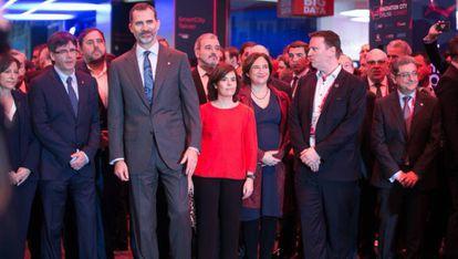 Carles Puigdemont, Oriol Junqueras y Felipe VI junto a Soraya Sáenz de Santamaría y Ada Colau, en el Mobile World Congress de 2017.