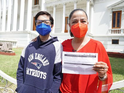 La abogada Alma Franco y su hijo Maximiliano muestran su certificado de vacunación en el Estado de Oaxaca.
