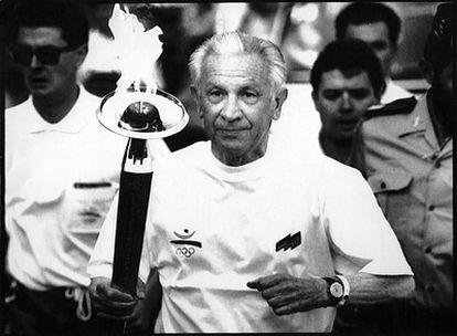 El mayor sueño cumplido por Juan Antonio Samaranch como presidente del Comité Olímpico Internacional  (1980 a 2001) fue lograr los Juegos de Barcelona de 1992. En la imagen, Samaranch porta la antorcha olímpica a la salida de Sant Sadurní de Noya, el 19 de junio de 1992 (Barcelona).