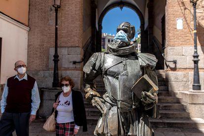 La estatua de Miguel de Cervantes con una mascarilla, el 18 de mayo en Toledo.