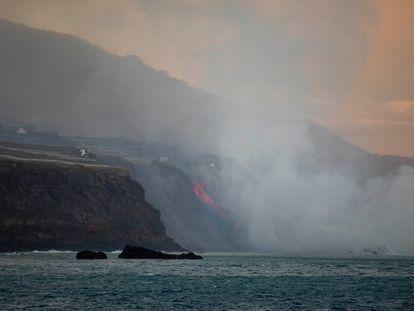 """Columna de humo y lava del volcán de Cumbre Vieja a su llegada al Océano Atlántico, a 29 de septiembre de 2021, en La Palma, Santa Cruz de Tenerife, Islas Canarias, (España). La lava del volcán, que entró el 19 de septiembre en erupción, ha provocado un delta de lava que """"poco a poco va ganando terreno al mar"""" a su llegada al Océano Atlántico. Las autoridades recomiendan permanecer al menos a 3,5 km de la zona ya que la entrada en contacto de la lava con el mar forma nubes blancas de vapor de agua y gases nocivos para la salud. 29 SEPTIEMBRE 2021;LAVA;PALMA;VOLCAN;DELTA Kike Rincón / Europa Press 29/09/2021"""