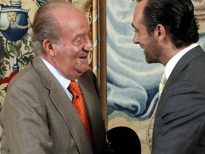 Don Juan Carlos saluda en el Palacio de la Almudaina al presidente de Baleares.