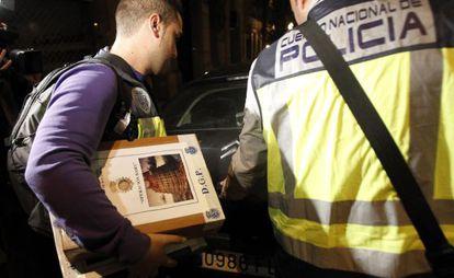 Un policía con una caja de la operación Babel.