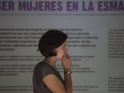 Una visitante recorre la muestra