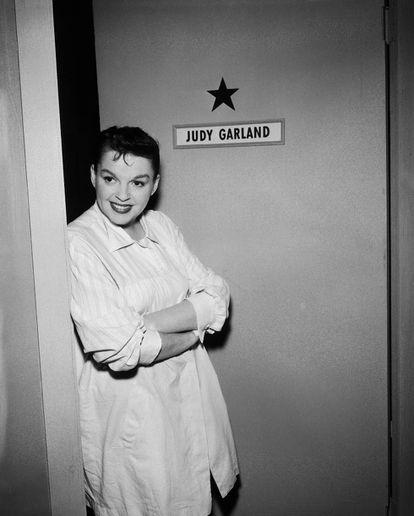 Judy Garland en su camerino durante el rodaje de 'The Judy Garland Special' de la serie de televisión 'Ford Star Jubilee' en Nueva York en 1955.