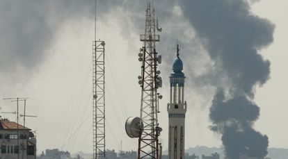 Columna de humo en Gaza tras reanudarse las operaciones militares.