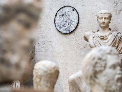 'Lapis specularis' de la mina romana del Espejuelo, en Arboleas (Almería), expuesto en el Museo Arqueológico Nacional junto a la estatua de Tiberio (años 14-19).