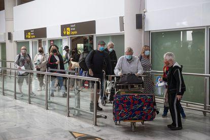 Varios grupos de turistas salen de la zona de llegadas del aeropuerto de Lanzarote, el 24 de octubre.