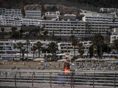Turistas en una de las playas de Las Palmas de Gran Canaria, el 27 de octubre.