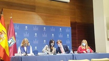 De izquierda a derecha: Engracia Hidalgo, concejal de Hacienda; Begoña Villacís, vicealcaldesa de Madrid; José Luis Martínez-Almeida, alcalde la capital; e Inmaculada Hidalgo, edil de Emergencias y portavoz del Ayuntamiento.