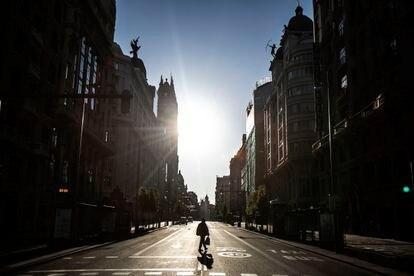 Una persona camina por el centro de Madrid. ÁLVARO GARCÍA