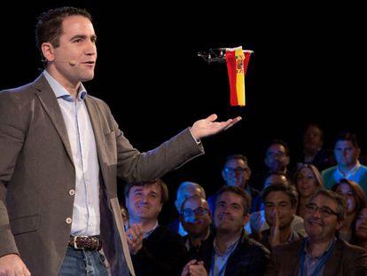 Teodoro García Egea interviene con un dron con la bandera de España en un acto del PP de Málaga.