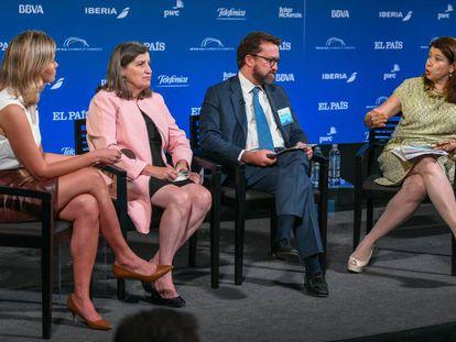 Imagen de la conferencia en la que han participado, Lisa Schineller (derecha), Ignacio de la Torre y Lourdes Casanova. A la izquierda la moderadora, Amanda Mars