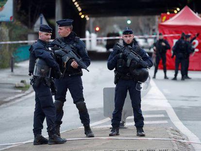 La policía sella el área del ataque con cuchillo del viernes en Villejuif que dejó un muerto y dos heridos