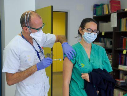 Un enfermero administra dosis de la vacuna contra el coronavirus de Pfizer-BioNtech a los profesionales del Hospital de Fuerteventura.
