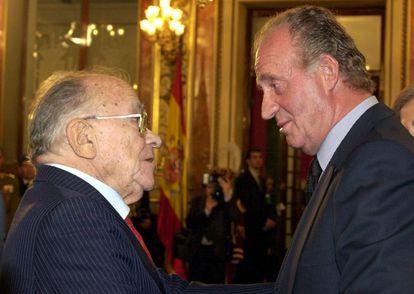 Santiago Carrillo habla con Juan Carlos I, en un acto en le Congreso en el año 2000.