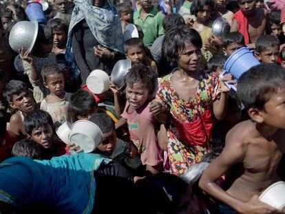 Niños rohinyá esperan para recibir comida en el campo de refugiados de Ukhiya, en Bangladés, en una foto de archivo.