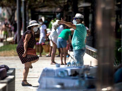 Turistas nacionales en Platja d'Aro, Costa Brava (Girona), en agosto de 2020.